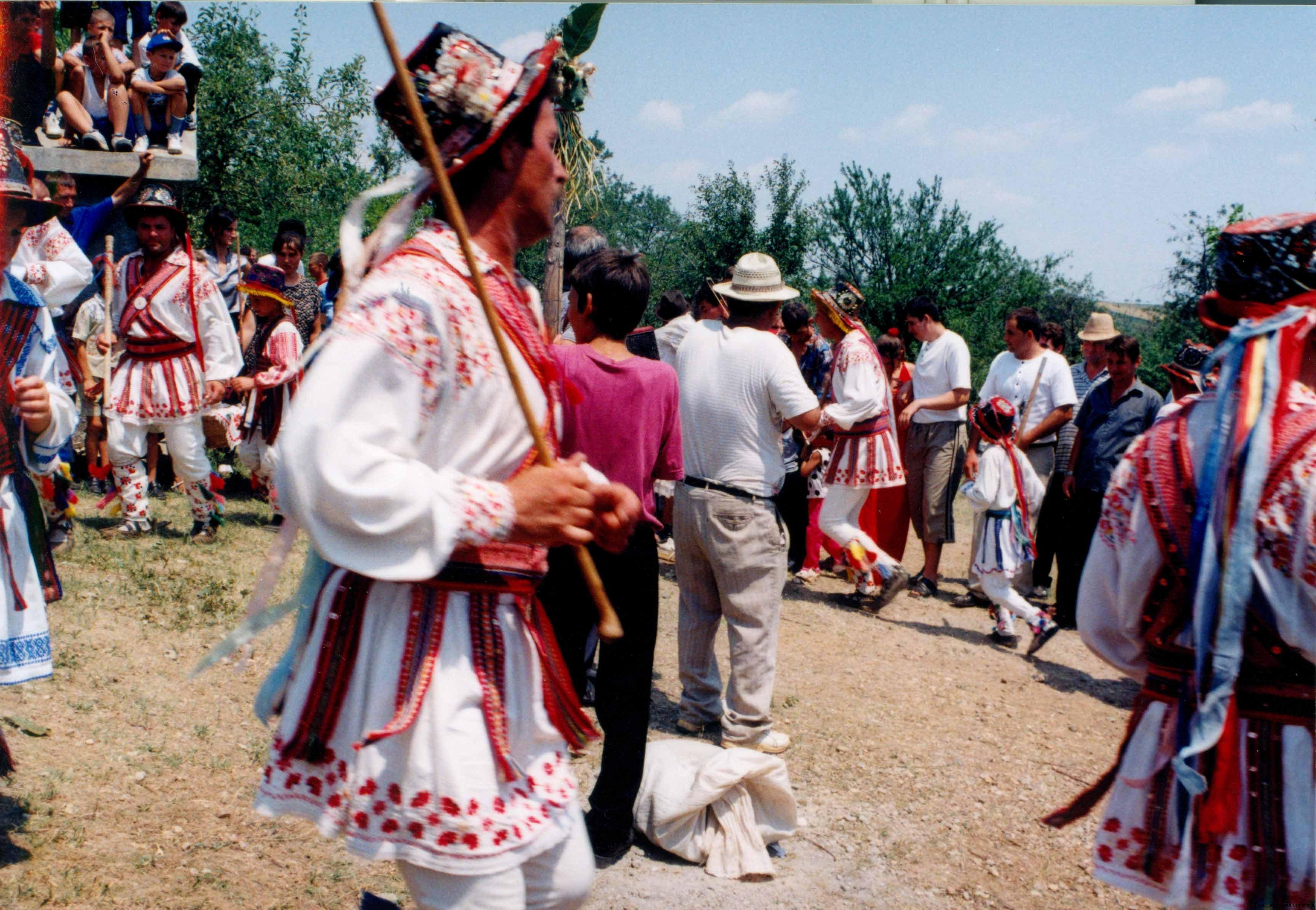 03-calus-jocul-de-rusalii-in-cimitir-izvoarele-2004